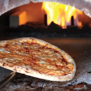 石窯で一気に焼き上げる自慢のピッツァ