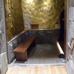 飛騨牛一頭家 銀座 馬喰一代 - 正面の金のうねうねには水が流れています そういえば暖簾はありません