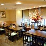 うつぼ浪漫亭 - カジュアルにお食事が楽しめるテーブル席。気取らない雰囲気が座を和ませます。