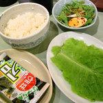 冷麺館 - 定食のチシャ菜・サラダ・ご飯・韓国海苔
