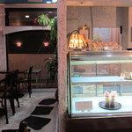 SEAK CAFE - ショーケースにはケーキが並びます 窓の外にはテラス席もあり