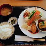 イタダキ - 日替わりランチのミックスフライ