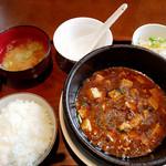 餃子の花家 - ランチの四川風麻婆豆腐は、熱々の土鍋でご提供。