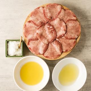 希少なオリーブオイルと塩で食べる牛タン・白タン