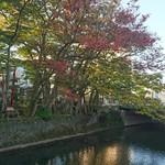 57767068 - 秋田市  飲み屋街    川反に  沿う旭川                       (赤いお店が  ここ です )