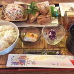 遊食家 じゅまる - ランチ「鶏の唐揚げセット、島胡椒と雪塩で…」(ドリンク付き800円)。麦ごはん、ゴーヤそば入りスープ。