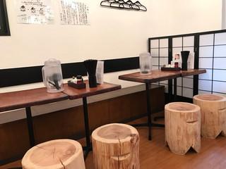 濃厚鶏麺 ゆきかげ - 店内のテーブル席