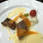 57778727 - 真鯛のポワレと野生種えのきのロースト ミモレットと銀杏添え ブールブランソース