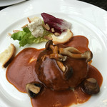 57778730 - 黒毛和牛ハンバーグステーキ(130g) ブルサン・アイユとロメーヌレタス アーモンドのサラダ きのこソースを添えて