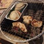 七輪焼肉 安安 - ホタテ(390円)、ホルモン(290円)