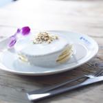 ブルーハワイライフスタイル - ココナッツミルクからできたハワイの伝統的なデザート ハウピアをイメージしたハウピアパンケーキ