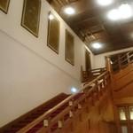 メインダイニングルーム 三笠 - 本館ロビーの階段