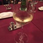 メインダイニングルーム 三笠 - 白ワインはフランスのもの(*^^*)グラスのむこうはお嫁ちゃん♡
