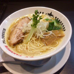 ラーメンキャロル - 濃厚な鶏白湯のスープ