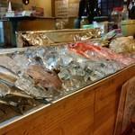 57796413 - カウンター目の前には新鮮な魚介類