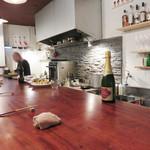 日々ノ泡 - 大きなカウンターテーブルがあるワインダイニングです。
