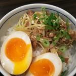 東京発祥豚骨ラーメン 哲麺縁 - 具の乗ったご飯