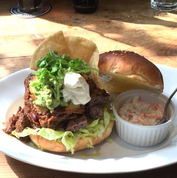サントゥーダイナー - 10月のマンスリーバーガー BBQ Chile Beef Burger 1650円