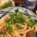 丸亀製麺 - 牛すきにネギ投入〜