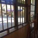 ギンゴウカフェ - 窓から見る外の風景