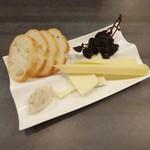 57811143 - イタリア産チーズ盛合せ