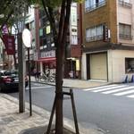 57813795 - 向こうが飯田橋方面で、上って来て左に曲がります。
