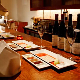 カウンターでワインを飲みながら、優雅な時間を