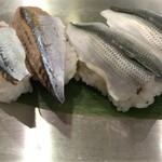 魚がし日本一 - 左:しめさんま 右:小肌