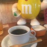 たまごcafeごはん - セットのコーヒーうまし。Mくんのお腹が見えるな・・