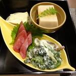 靖天 - 前菜盛り(ユバ豆腐・ゴマ豆腐・ホウレンソウ和え物・マグロ)