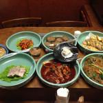 なじみ亭 - カウンター席中央の日替わりお惣菜