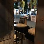 THE BROOKLYN CAFE - 店内のテーブル席から見たテラス席