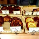 ブランジェリー ラ・フォンティヌ・ドゥ・ルルド - 店内に並ぶパン