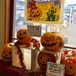 57839790 - ハロウィン仕様のディスプレイがお出迎え♬                       このかぼちゃ、買うこともできるようです。
