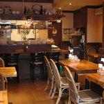ピアンテ - 無垢材で作ったテーブルと木のぬくもりある落ち着いた店内