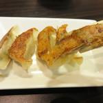 呼び戻しとんこつ 光四郎 - 今回頼んだのはチャーシューメン単品800円だけではなく、       半ぎょうざと小ご飯が付いたお得なセット1,000円なのでした。              餃子は可愛い一口餃子です。