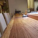 寿司 高瀬 - 一枚板のカウンター
