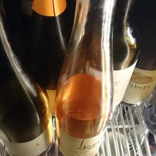 和食のおいしさを引き立てる、厳選の自然派ワインを用意