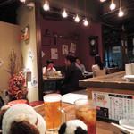 牛串萬の - ボキら、焼肉のお店には何度も食べに行ってるけどこちらの牛串のお店に来るのは初めてなんだ。こぢんまりとした店内はテーブル席とカウンター席が。ボキらはカウンター席に。早速、ビールとウーロン茶でかんぱ~い