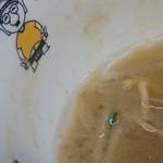 野郎ラーメン 恵比寿西口店 - ハズレのスープの表面の油