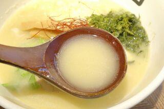 鶏そば十番156 麻布十番本店 - まずは鶏白湯スープを飲んでみると、コクがあるのに後味がキリッとして飲みやすく