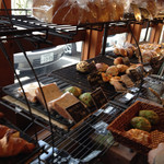 アガタ ベーカリー - 所狭しと並ぶパン