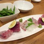 八九 - 料理写真:枝豆と刺身盛り合わせ