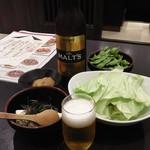 57869185 - ワタシのスターターセット。瓶ビール、枝豆、国産大豆の寄せ豆腐。キャベツはお通し。