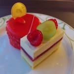 57874045 - リンゴのケーキ、ライムとホワイトチョコとピスタチオのケーキ