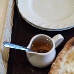 ナポリピッツァ Pizzeria la Rossa - ハチミツも付いていました。