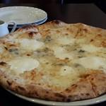 ナポリピッツァ Pizzeria la Rossa - 見よ!このサイズ感。隣のお皿と比べると大きさが分かりますね。