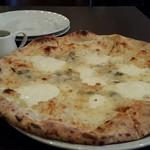 ナポリピッツァ Pizzeria la Rossa - クアロトフォルマッジ 1880円