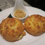 ビストロ椿 - 今日のお通し、チーズ入りスコーンとメイプルバター