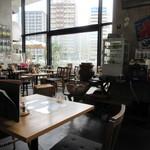 ウォーターサイト.オットー - お店は那珂川や水上公園を眺めながら食事の出来るテラス席も確保してあり、壁面がガラス張りなんでとても開放的な雰囲気の店内です。